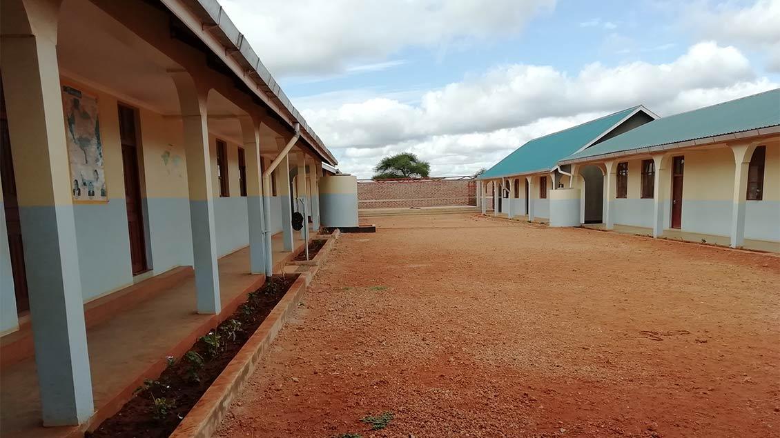 Die Arbeiten in dem Schulzentrum in der Simanjiro-Ebene Tansanias ruhen derzeit. | Foto: pd