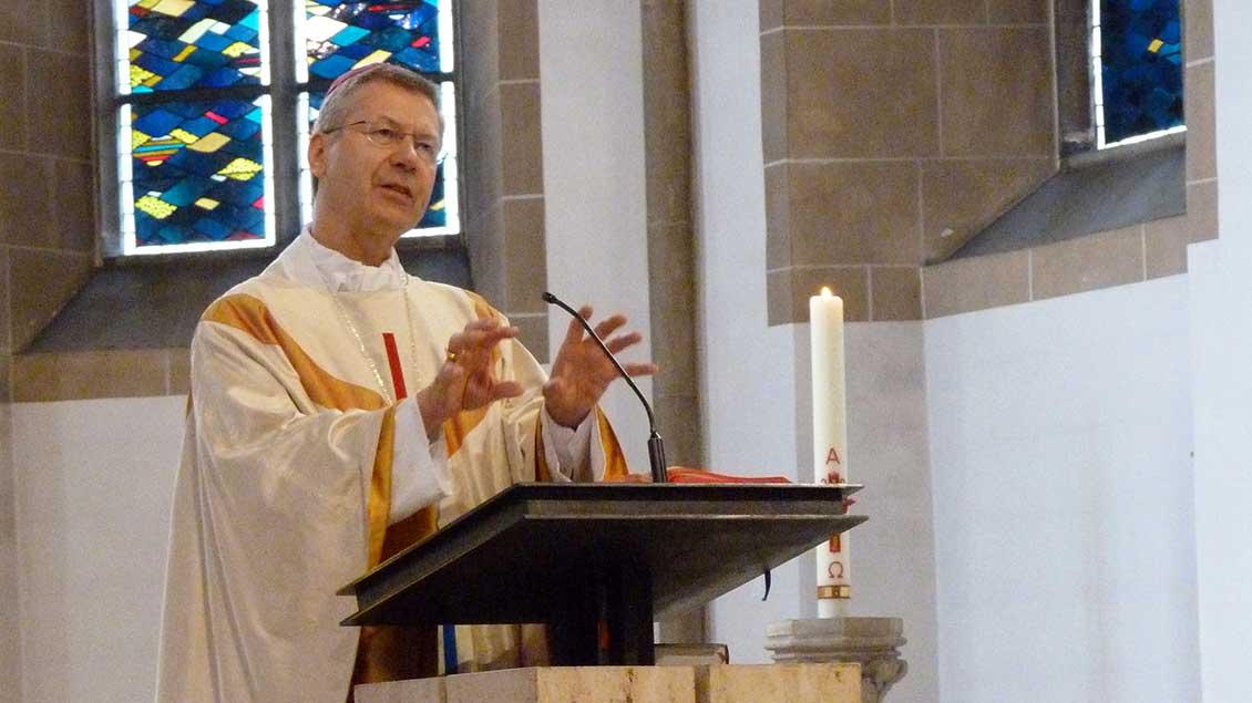 Weihbischof Stefan Zekorn am Ambo der Pfarrkirche in Oelde.