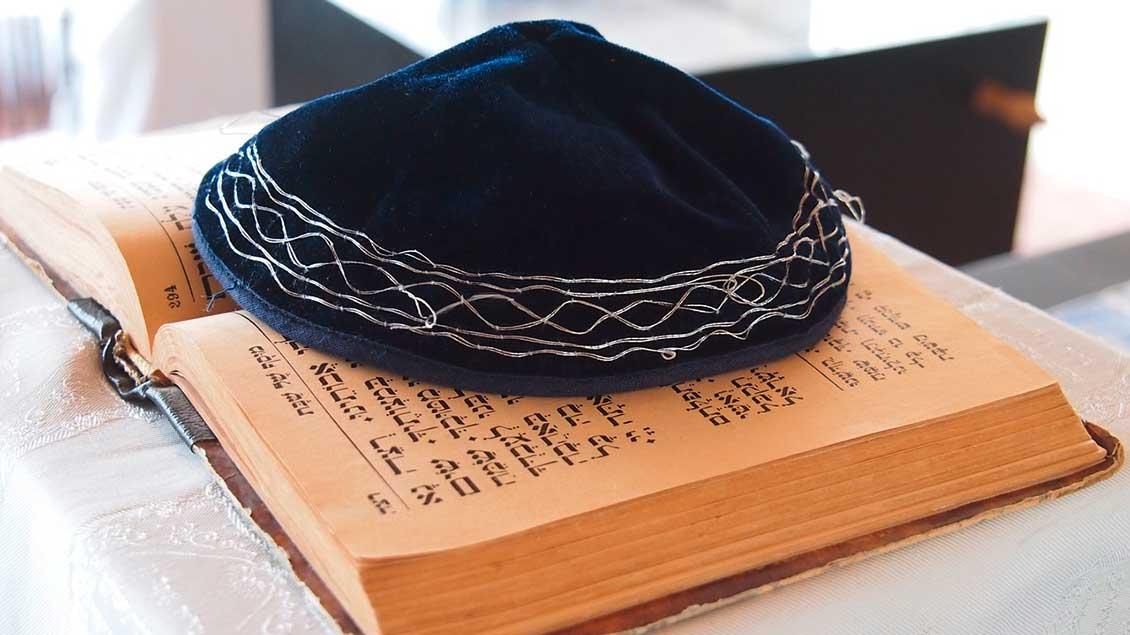 Jüdische Kipa auf einer hebräischen Bibel