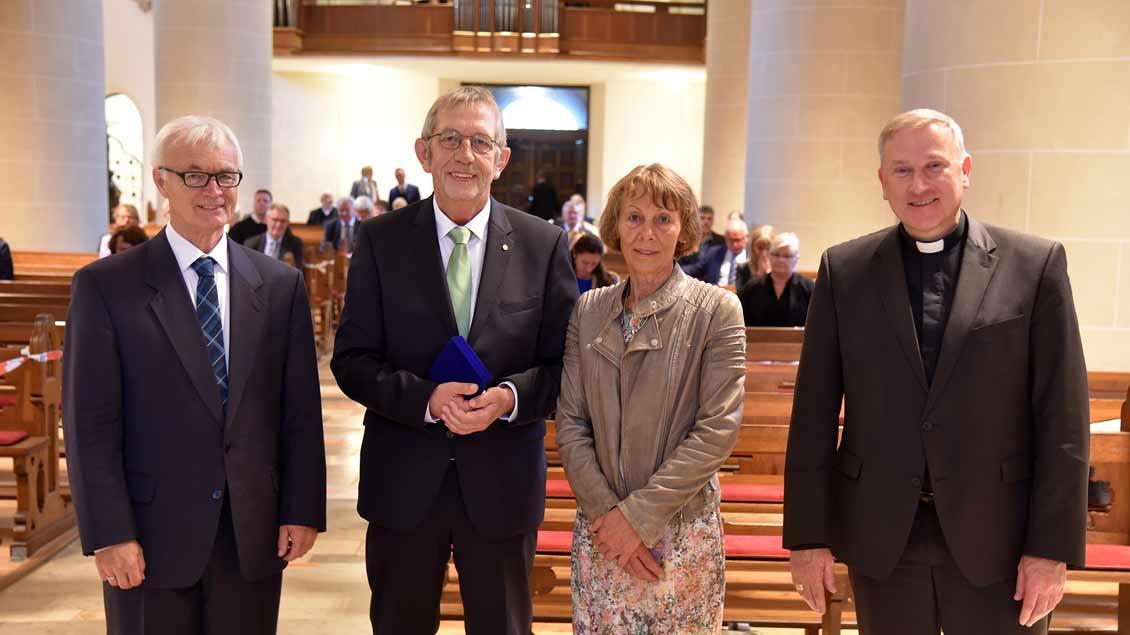 Heinrich Blömer (2.v.l.) mit Ruth Blömer, Professor Franz Bölsker (links) und  Weihbischof Wilfried Theising.