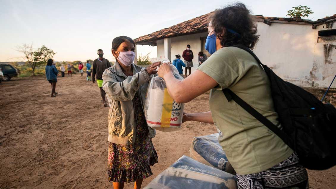 Schwester Neusa do Nascimento verteilt Lebensmittel, Hygieneartikel und Schutzmasken im Rahmen der Corona-Soforthilfe am Rio São Francisco im brasilianischen Bundesstaat Minas Gerais.
