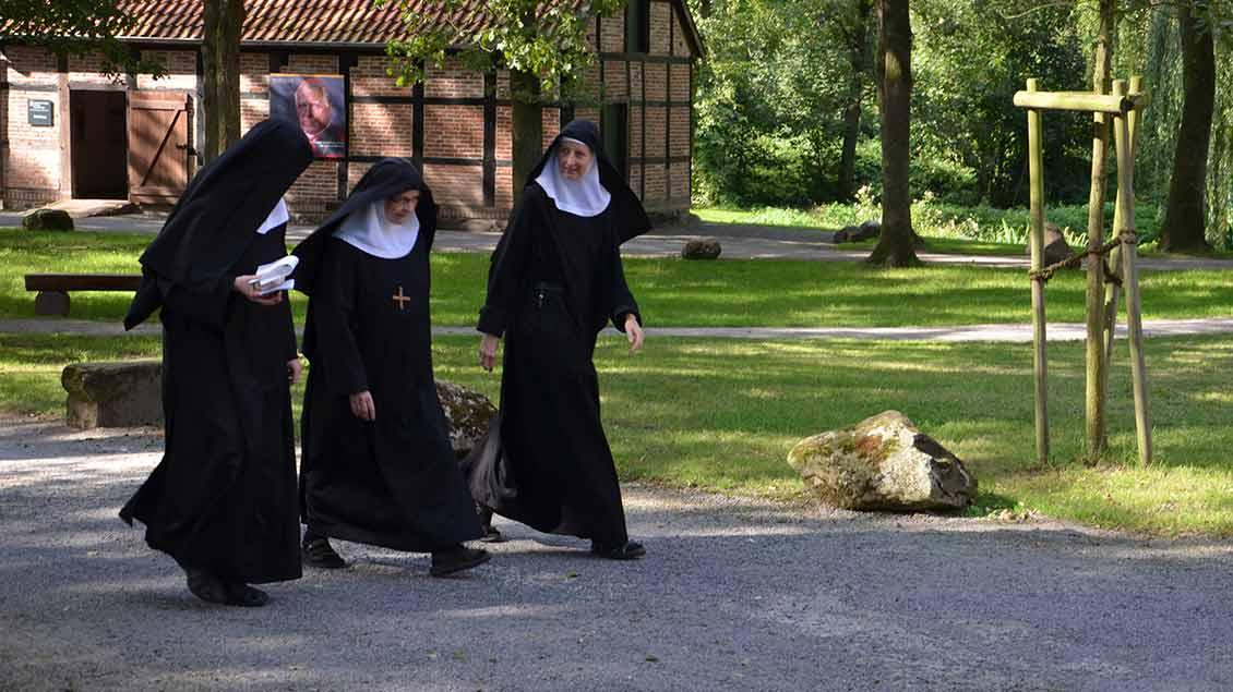 Äbtissin Franziska Lukas mit zwei Schwestern