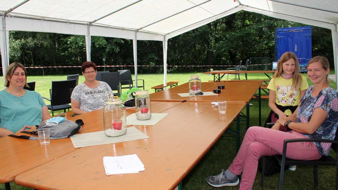 Jenny Koop aus Rheine, Uschi Pelmer aus Bocholt und Heike Leuders aus Gronau-Epe, hier mit Tochter Lea-Sophie, sind vom Ferienprogramm begeistert. | Foto: Johannes Bernard
