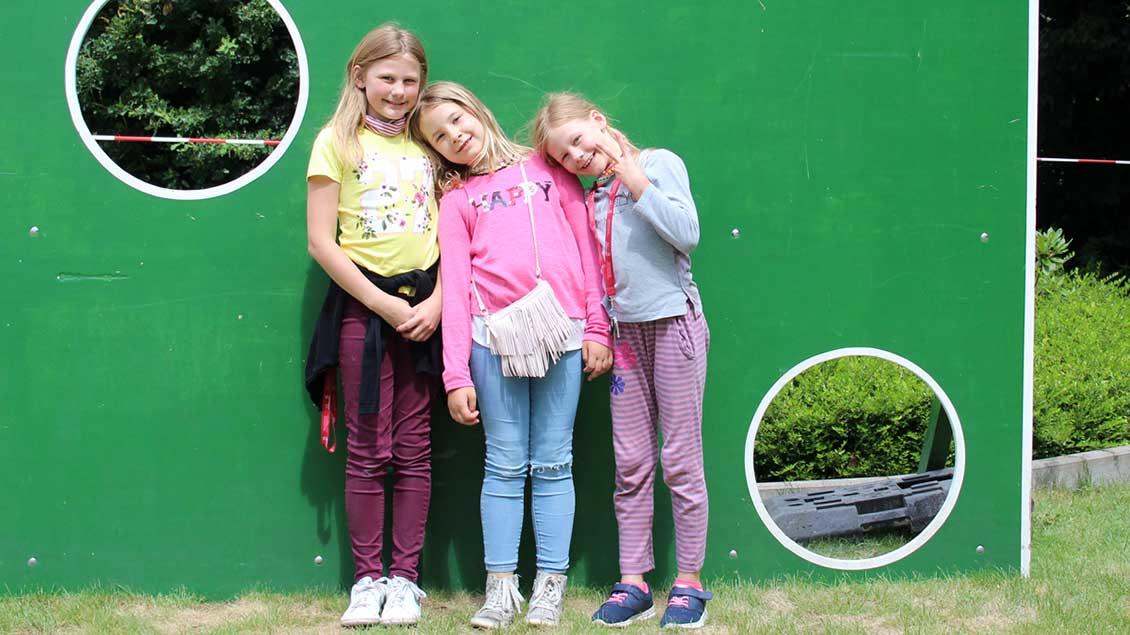 Eine kleine Pause haben Lea-Sophie, Lucy und Luisa beim Torwandschießen eingelegt. | Foto: Johannes Bernard