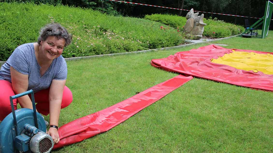 Annette Seier vom Könzgenhaus bereitet ein Hüpfkissen für die Kinder vor. | Foto: Johannes Bernard
