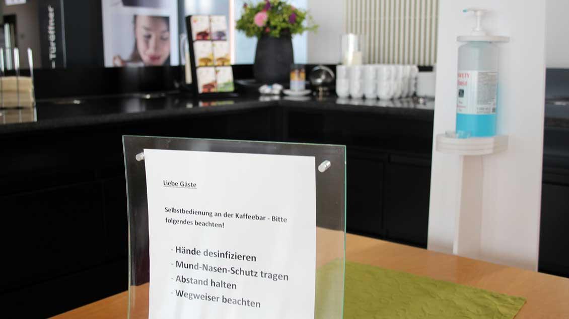 Hinweise zu den Hygiene-Vorschriften sind auch an der Kaffee-Bar zu beachten. | Foto: Johannes Bernard
