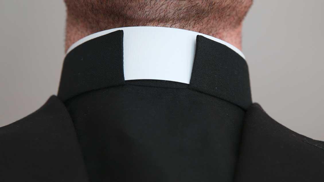 Priester mit Priesterkragen