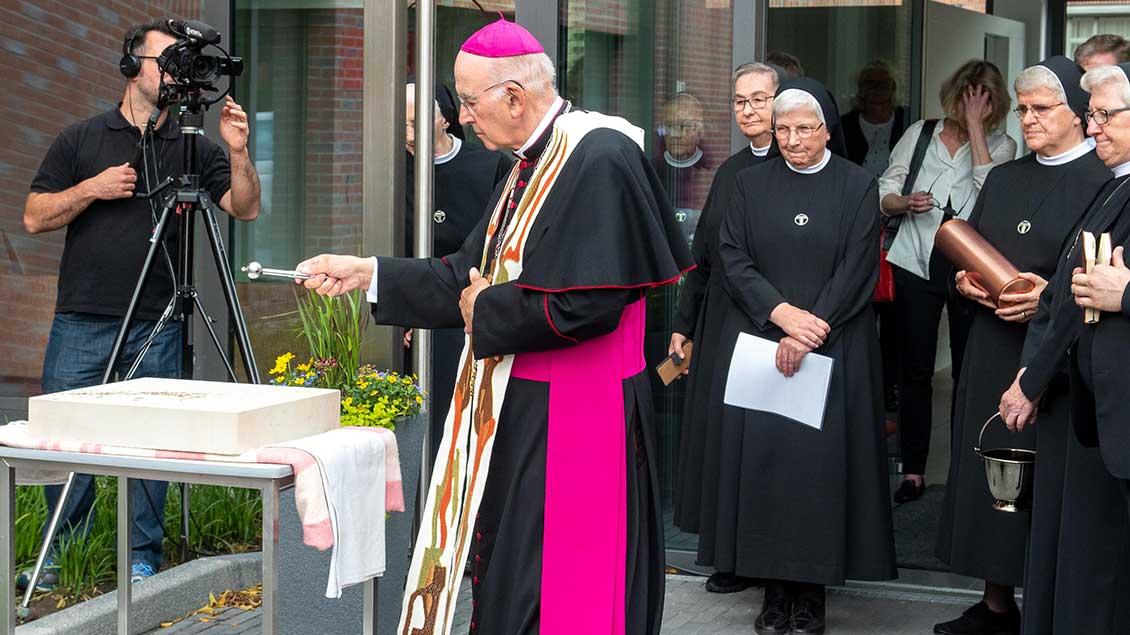 Bischof Felix Genn segnete den Grundstein des neuen Gebäudes.