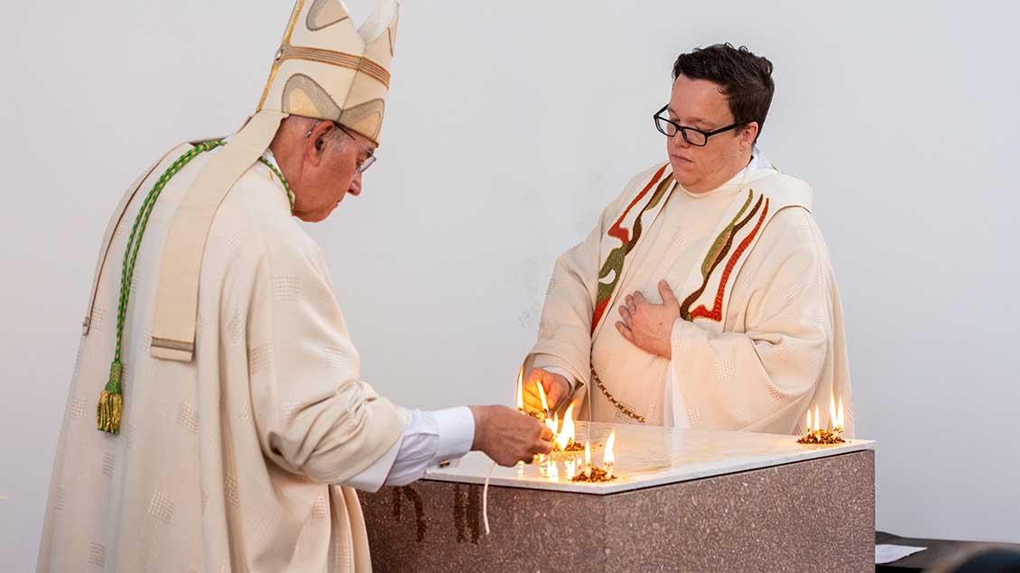 Bischof Felix Genn entzündete zusammen mit dem Bischofskaplan Jörg Niemeier an fünf Stellen auf dem neuen Altar ein Feuer. | Foto: Ann-Christin Ladermann (pbm)
