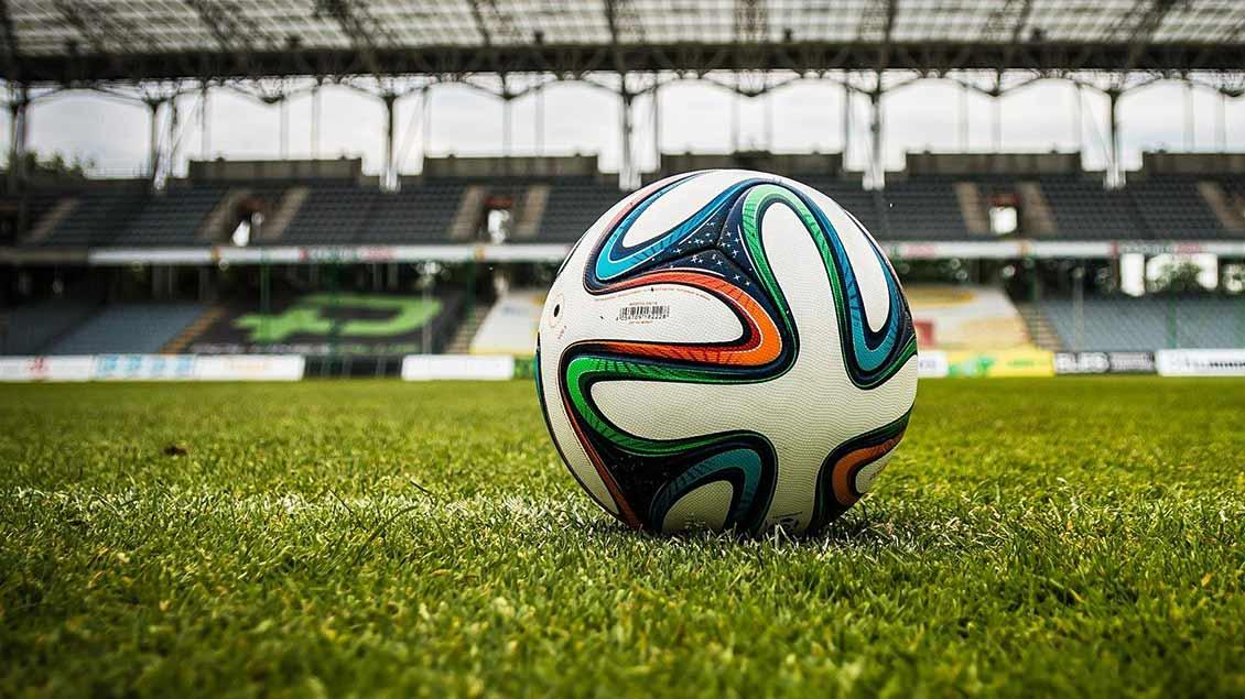 Fußball auf einem Stadionrasen.
