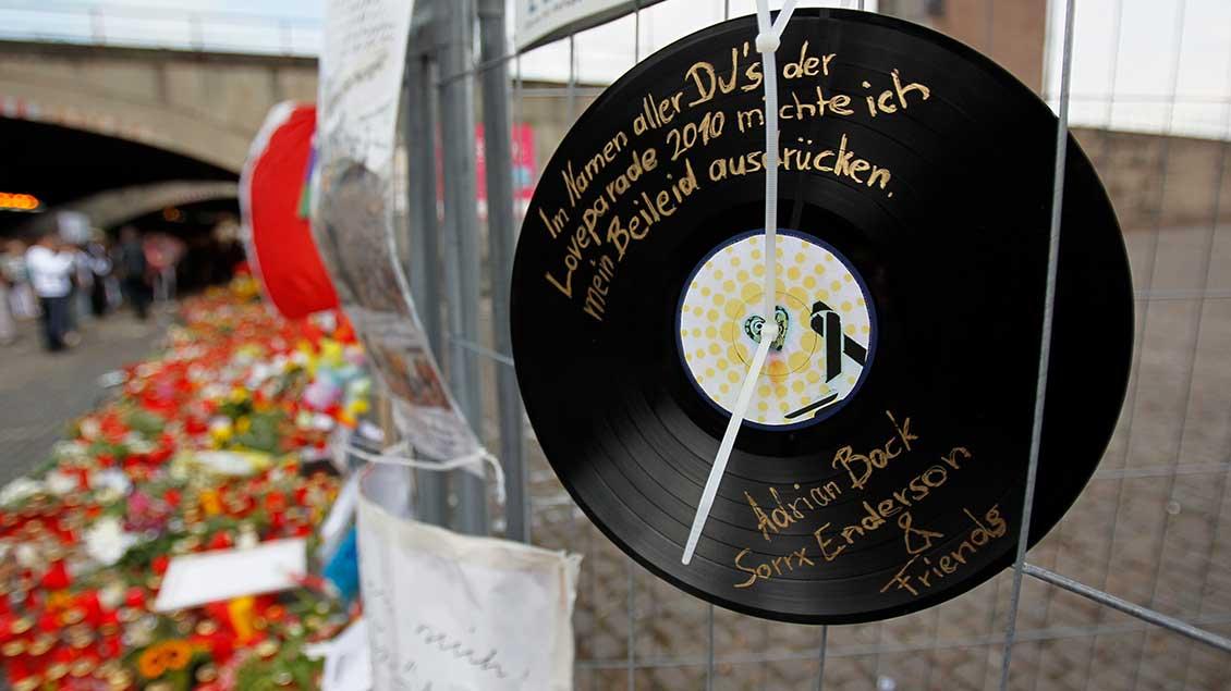 Blumen, Kerzen und Beileidsbekundungen am Ort des Loveparade-Unglücks.