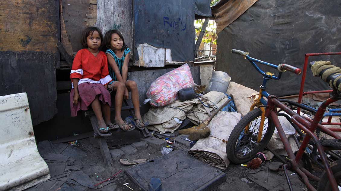 Kinder in einem Slum.