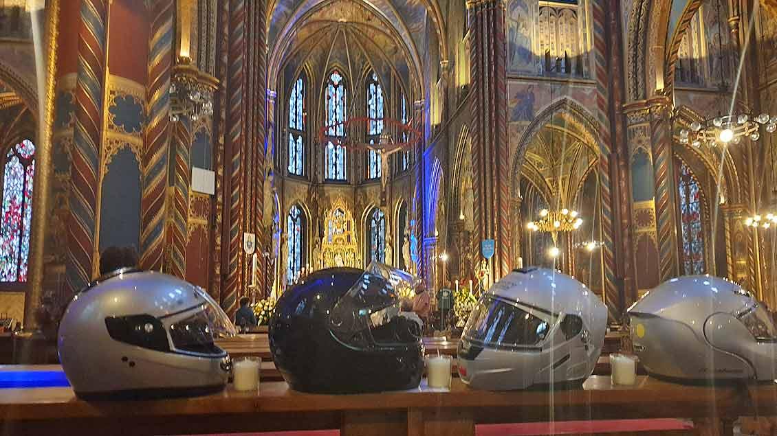 Während der Feier in der Basilika in Kevelaer legten die Motorradfahrerinnen und -fahrer ihre Helme auf den Kirchenbänken ab.