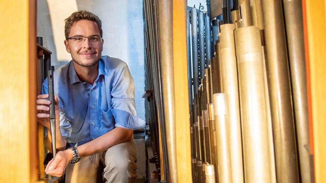 Niklas Piel im Inneren der Orgel in der St.-Mauritz-Kirche