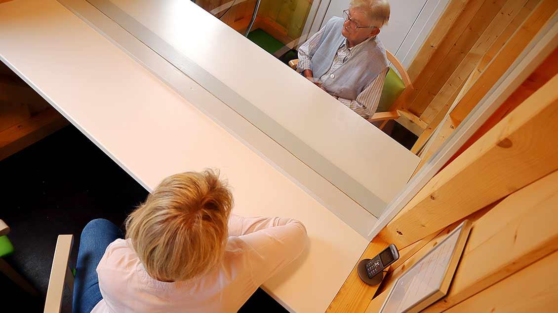 Hannelore Fortmann (84) im Gespräch mit Judith Wilmering von Altenheim Haus St. Teresa in Vechta.