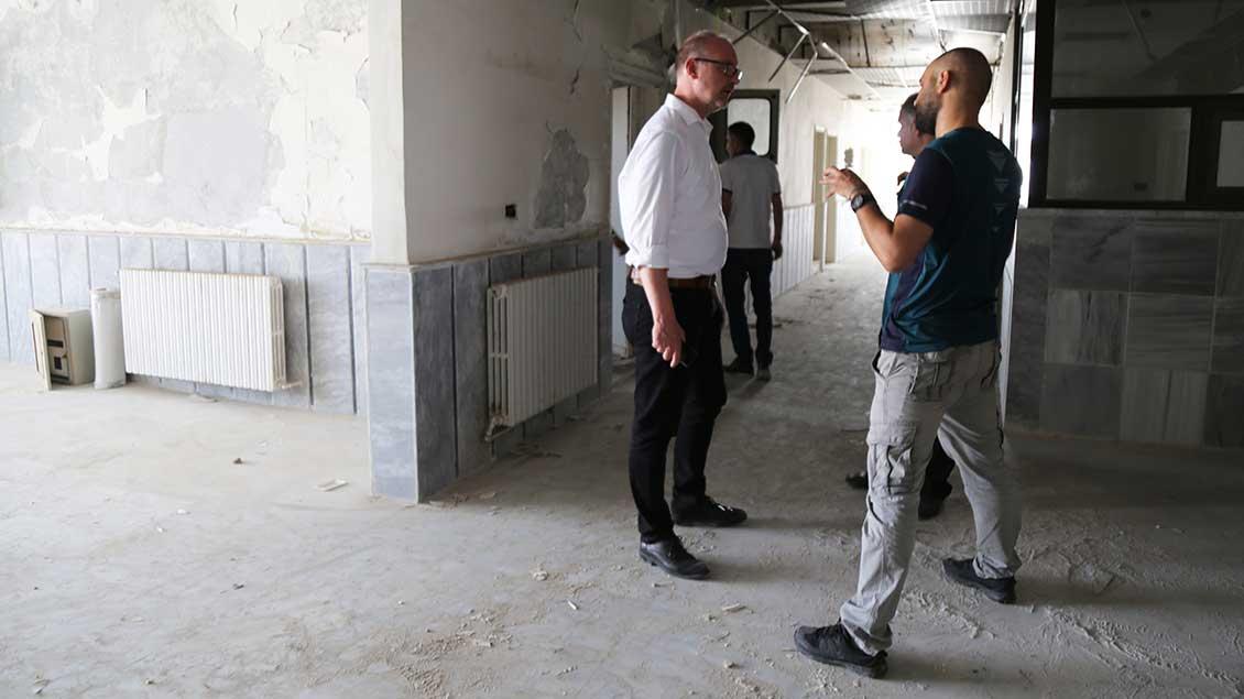 Jochen Reidegeld in einer zerstörten Schule in Syrien