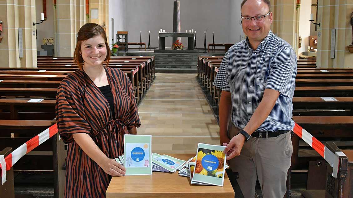 Mirijam Held und Thorsten Hendricks halten die vorgestellten Hefte in der Hand.