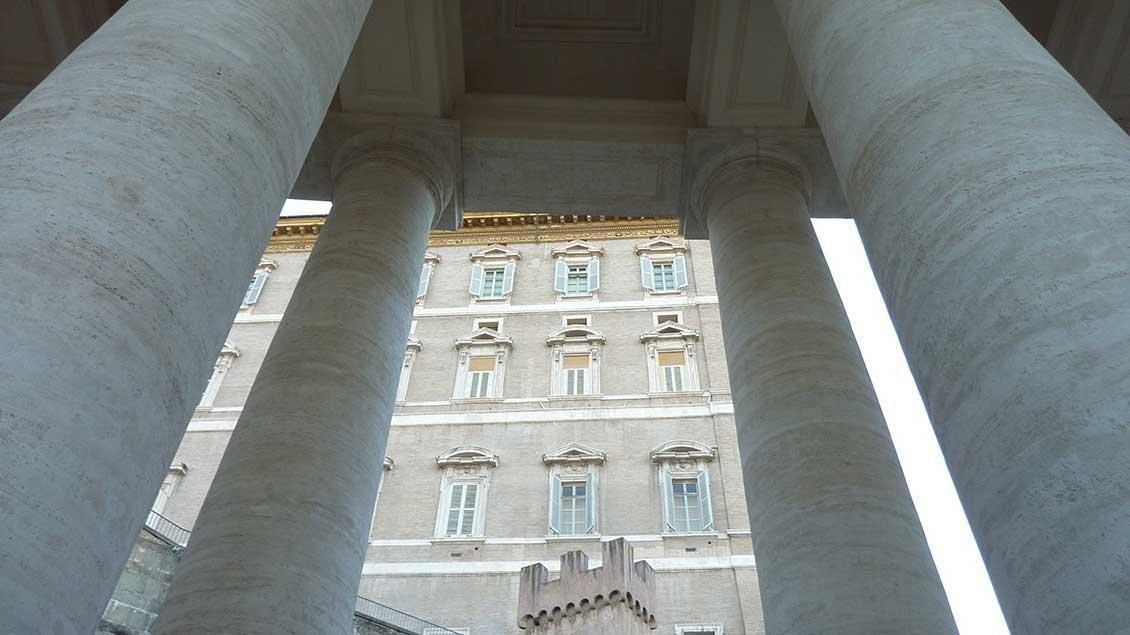 Säulen vor dem Apostolischen Palast im Vatikan