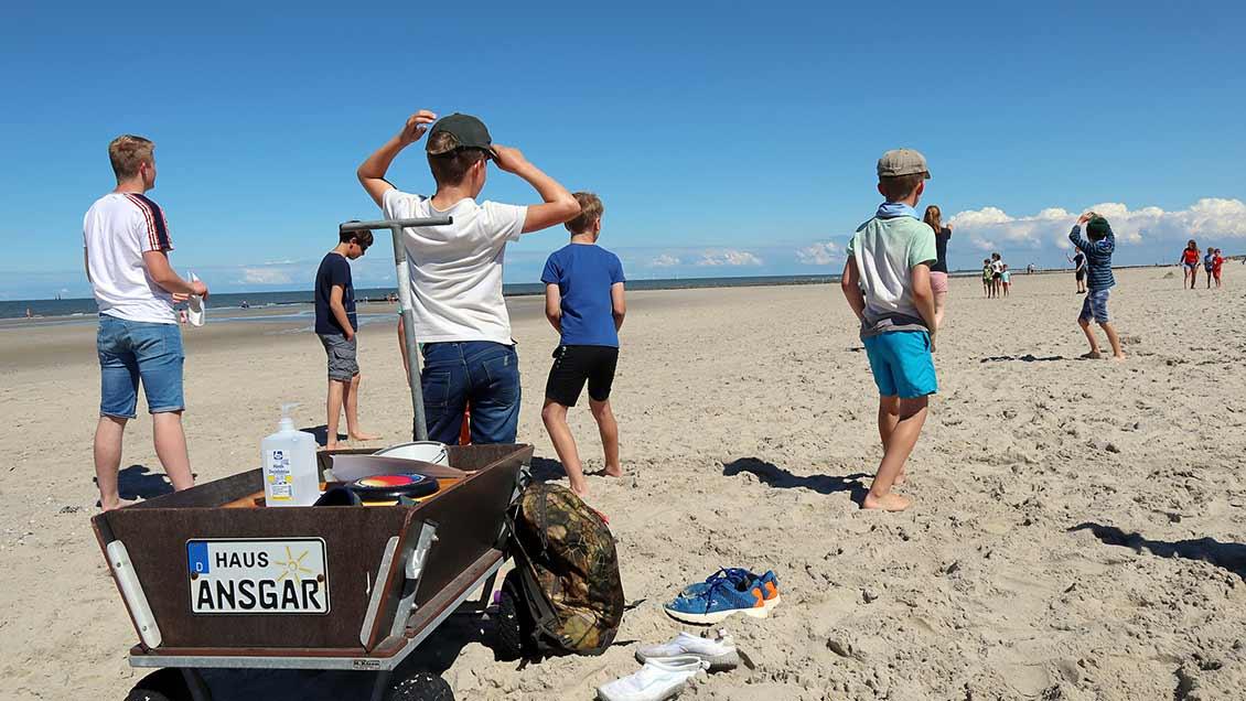 Bei der Strandolympiade für Familien gehört das Desinfektionsspray im Bollerwagen zur Grundausstattung. | Foto: Michael Rottmann