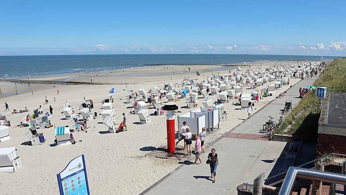 Der Strand von Wangerooge ist nach der Öffnung der Insel wieder gefüllt. Freie Ferienquartiere sind nur noch schwer zu finden. | Foto: Michael Rottmann