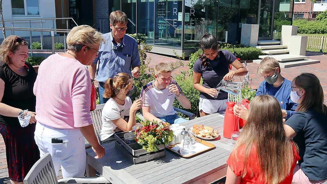 Beim Kaffeetrinken nach der Mittagspause bereitet sich das Team auf den zweiten Teil des Tagesprogramms vor. | Foto: Michael Rottmann