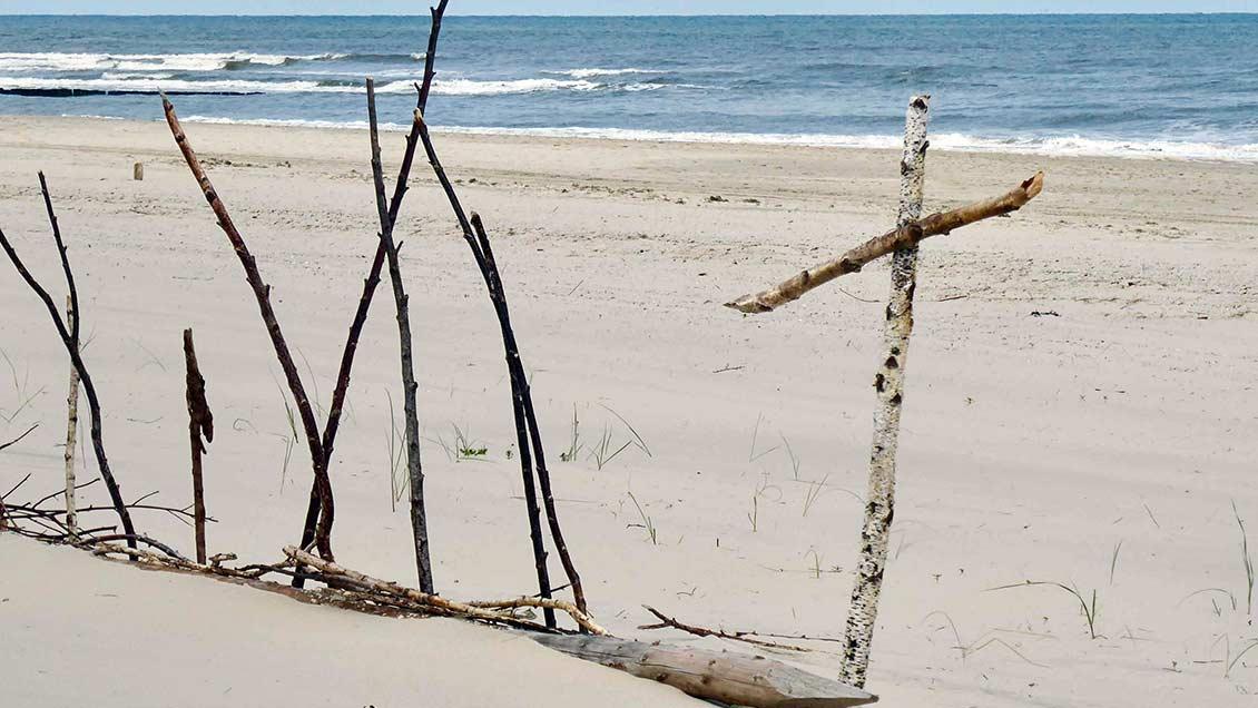 Aus Treibgut am Strand haben Teamer Symbole für Gottesdienste oder Andachten gestaltet. | Foto: privat