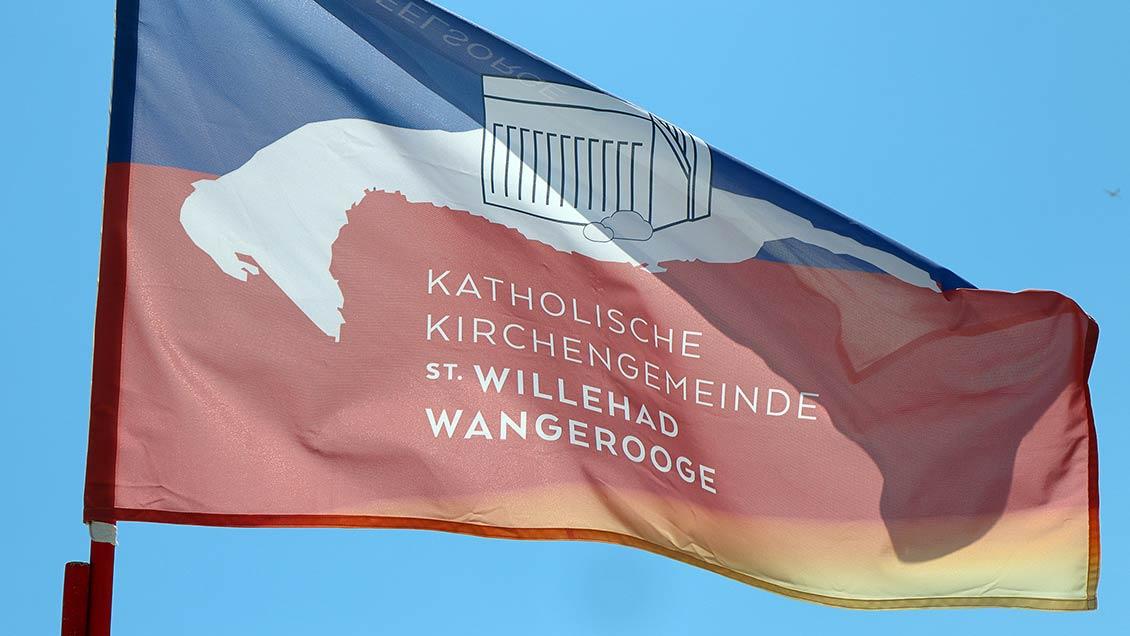 Das Banner der Inselgemeinde flattert über dem Strandkorb der Urlauberseelsorge. | Foto: Michael Rottmann