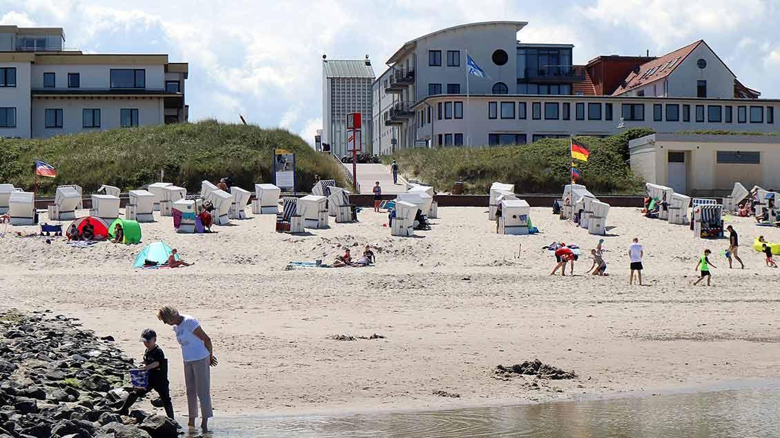 Der Strandabschnitt vor der St.-Willehad-Kirche, die im Hintergrund zu sehen ist. | Foto: Michael Rottmann