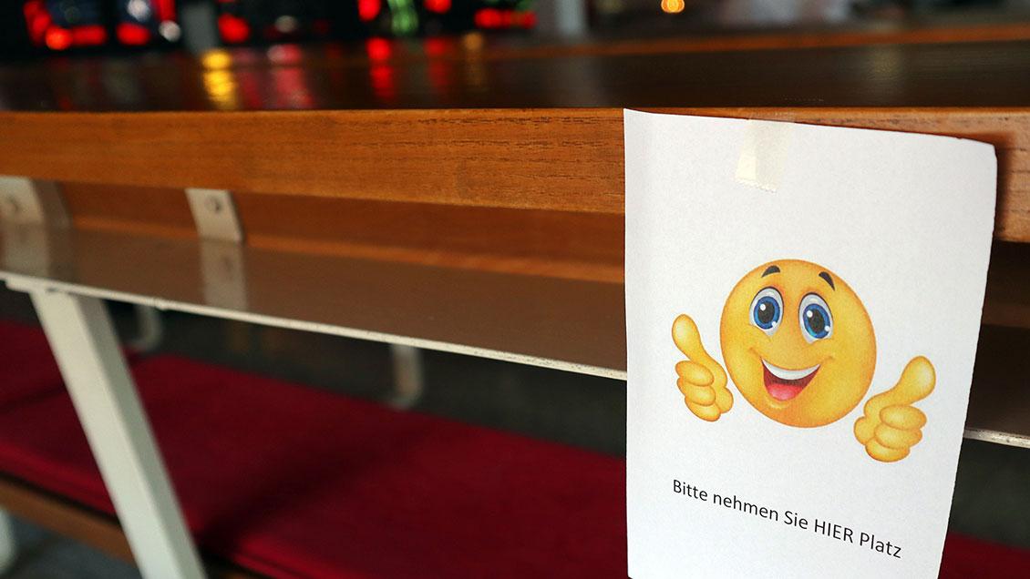 Die 50 Plätze in der St.-Willehad-Kirche sind besonders gekennzeichnet. | Foto: Michael Rottmann