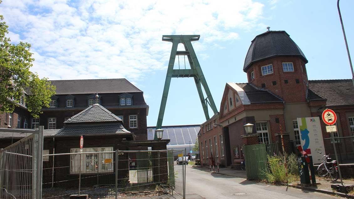 Ein alter Förderturm erinnert an die ehemalige Zeche Lohberg in Dinslaken. Hier soll ein neues Pflege-Ausbildungszentrum der Caritas entstehen. Foto: Johannes Bernard