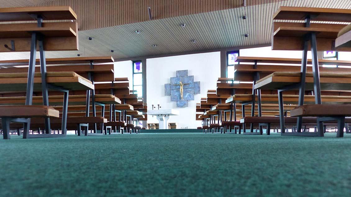 Der 50 Jahre alte Teppichboden in St. Marien Bad Zwischenahn wird bei der Sanierung ersetzt. Foto: Franz Josef Scheeben