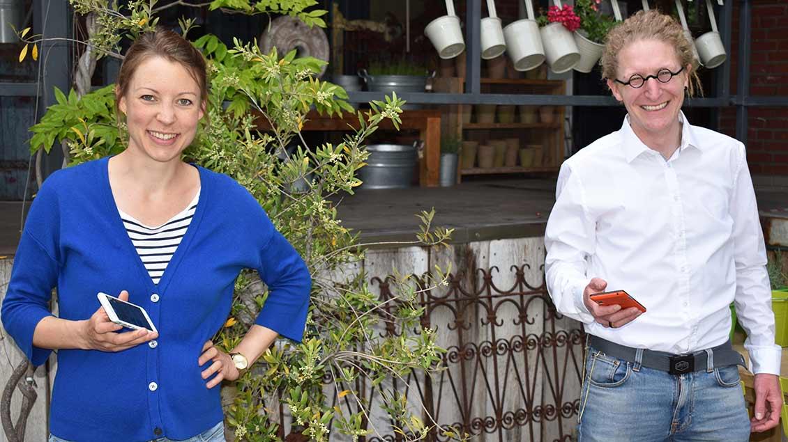 Maleen Knorr (links) und Daniel Gewand mit ihrem Smartphone in der Hand.