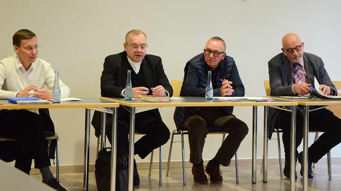 Weihbischof Dr. Christoph Hegge (2. von links) und Karl Render (rechts) stellten zusammen mit Pater Hans-Michael Hürter (links) und Werner Heckmann das neue Leitungsmodell für die Saerbecker Pfarrei St. Georg vor. Foto: Gudrun Niewöhner (pbm)