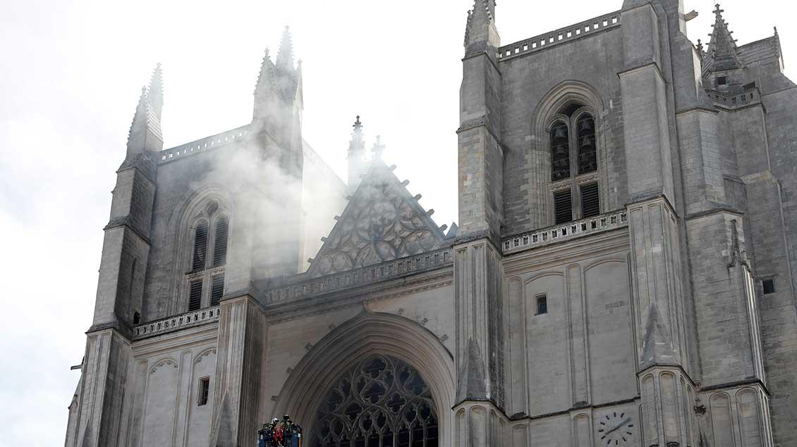 Rauch über der Kathedrale von Nantes.