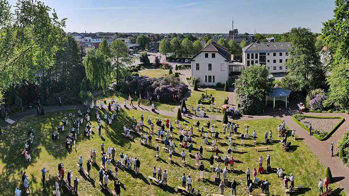 Open-Air-Gottesdienst im Garten des Bischöflich Münsterschen Offizialats im Mai 2020.