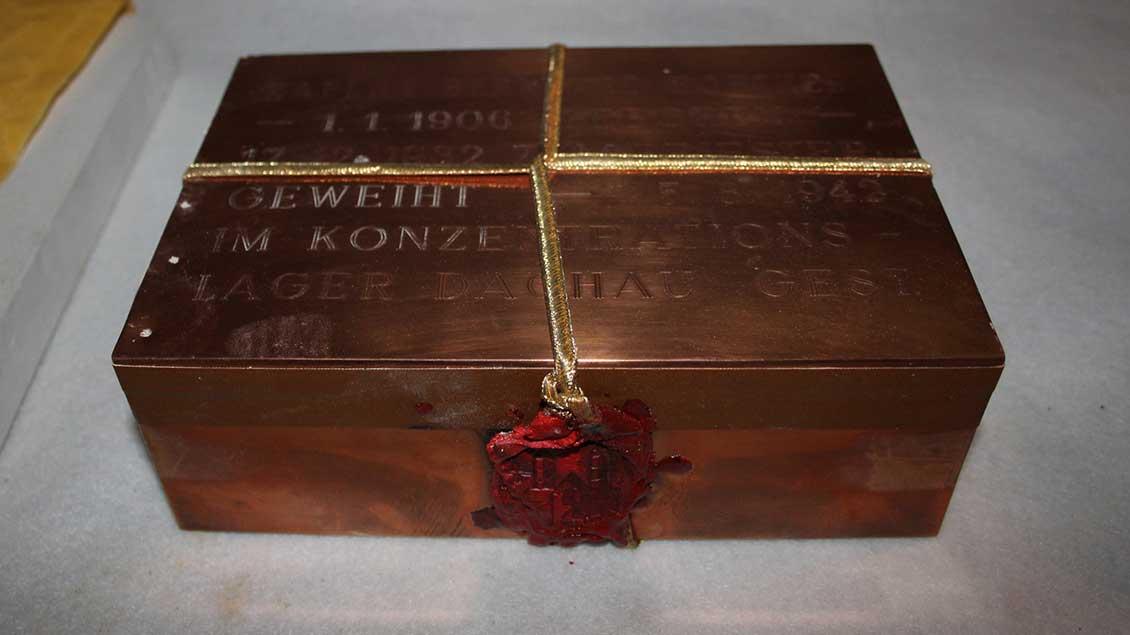 Versiegelt ist die Urne des 1942 im KZ Dachau zu Tode gekommenen Bernhard Poether. | Foto: Johannes Bernard