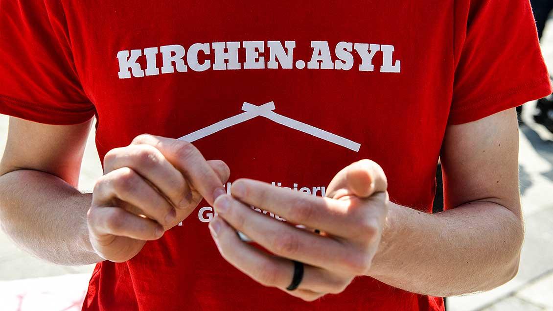 T-Shirt mit dem Wort Kirchenasyl