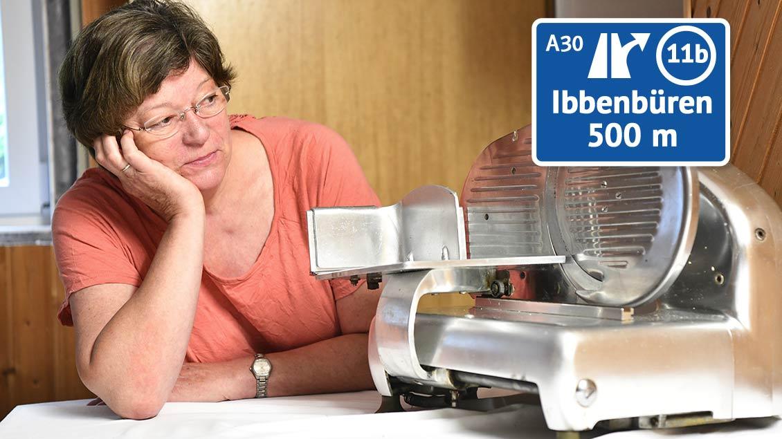 Silvia Albers blickt wehmütig auf eine große Brotschneidemaschine.
