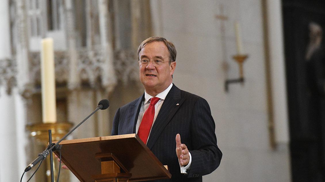 NRW-Ministerpräsident Armin Laschet spricht am Mikrofon im Paulusdom.