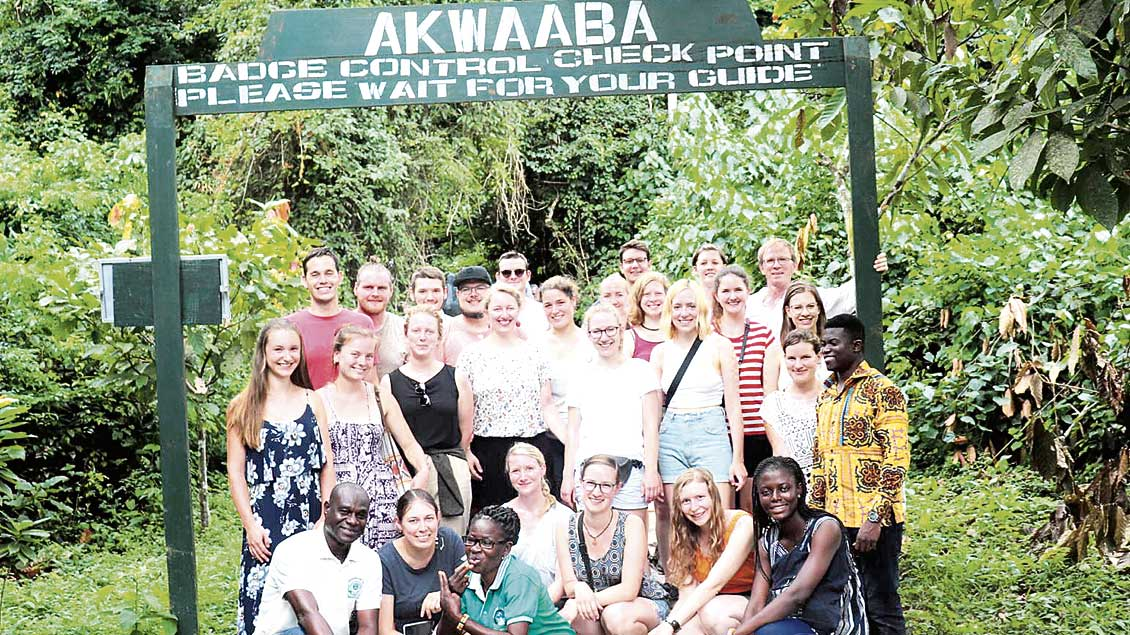 Eine Gruppe von Deutschen und Afrikanern.