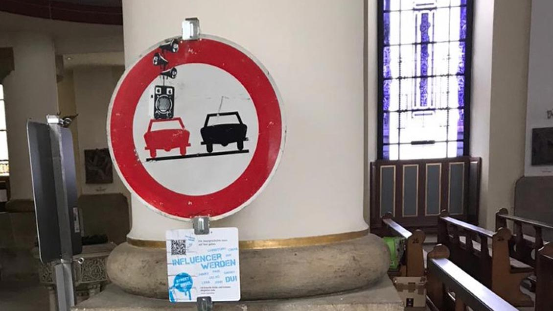Werde ein christlicher Influencer, dazu fordert das Überholen-Verboten-Schild auf.