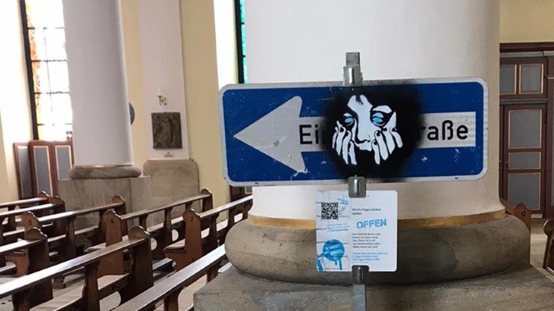 """""""Offen"""" lautet das Thema dieses Einbahnstraßenschildes in der Ausstellung zur BDKJ-Jugendbibel in Ibbenbüren."""