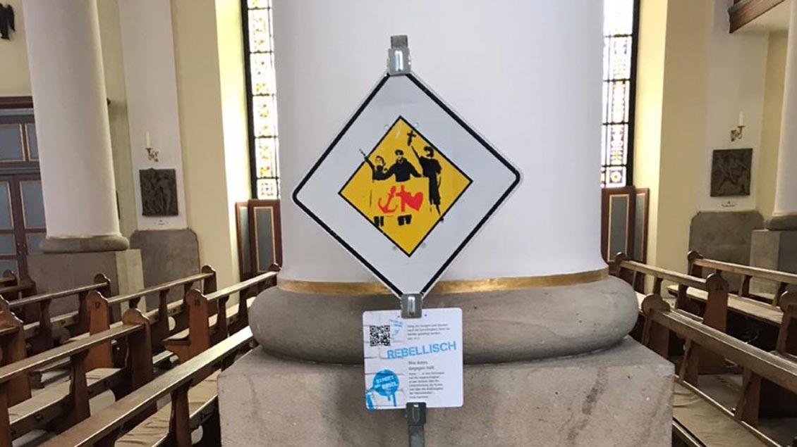 Über den QR-Code unter den Schildern erhalten die Besucher Impulse wie Musikstücke, Poetry-Slam oder Bibelverse.