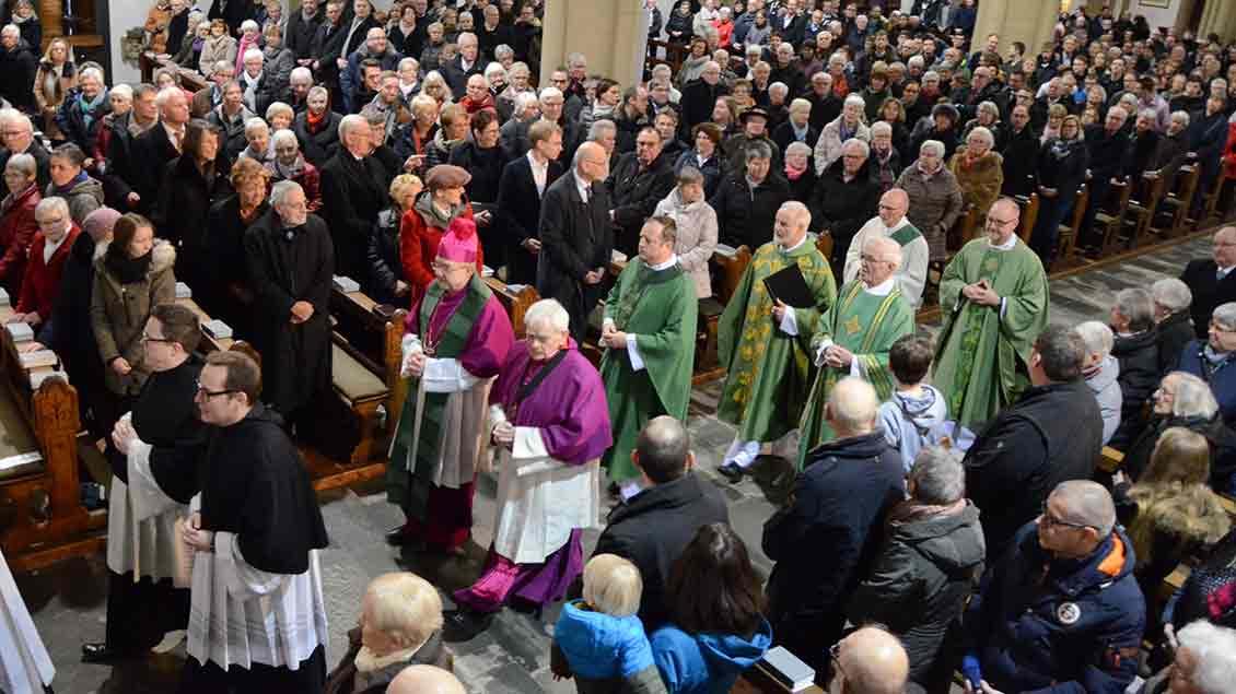 Jochen Reidegeld zieht in die Kirche ein. Foto: Bischöfliche Pressestelle/Gudrun Niewöhner